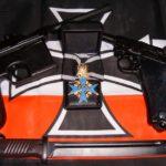 Pour le Mérite con paccottiglia varia accanto