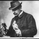 Julius_Neubronner_with_pigeon_and_camera_1914