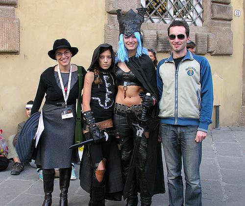 Lucca 2007, ritratto della mestizia: Licia Troisi con due cosplayer dai gusti molto opinabili.