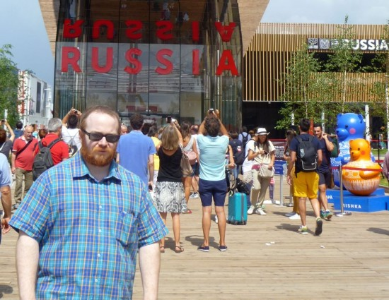 Io davanti al padiglione russo. Putin, il mio cuore è la Crimea: conquistalo.
