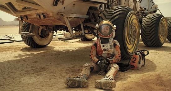 Il protagonista a riposo, mentre i pannelli solari ricaricano il rover.