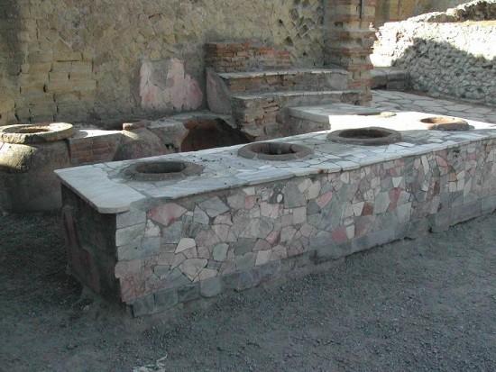 Bancone di un thermopolium, notare la anfore incassate (dolia), forse usate per conservare cibi pronti freddo come olive o alici.
