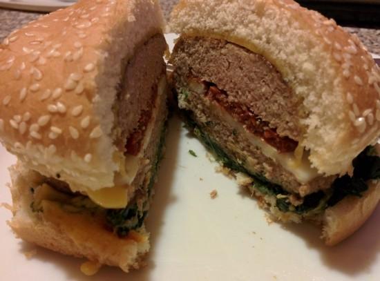 Ok, molto raramente il panino lo faccio: qui raffazzonato a caso con pomodori secchi, cheddar, brie e spinaci.