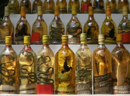 Al mondo ci sono un sacco di alcolici strani: il sake col serpente o coi cuccioli di topo, la Mezcal con la larva, la vodka con lo scorpione ecc. Noi preferiamo una soluzione più dolce e graziosa.