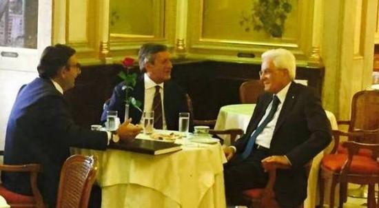 Il presidente Mattarella in visita al più famoso caffè d'Italia, il Gambrinus di Napoli, invece di un espresso ha preso il tè. Uno sgarro mai fatto dai precedenti presidenti. Tra poco capirete perché la sua scelta è tutt'altro che incomprensibile. :-)