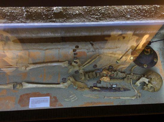 Corpo di guerriero longobardo del VII secolo, alto, 180 cm, morto a 50 anni per colpo al cranio ricevuto da dietro.