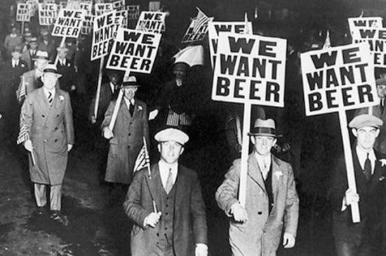 """Dal 1920 al 1933, col Probizionismo negli USA, molti birrifici furono obbligati a rendere analcoliche (0,5% o meno) le birre pur di rimanere """"attivi"""". Il settore legale venne annientato e il contrabbando fiorì, per la gioia dei gangster."""