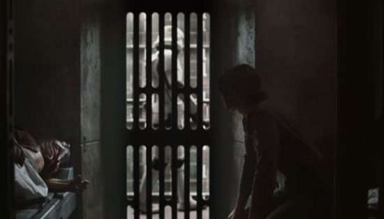 Jyn Erso in prigione, con un alieno tentacolare come compagno di cella. La vita non le sta andando molto bene.