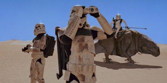 Fotografie satellitari e droni spia per trovare i due droidi fuggiaschi? Perché mai, quando puoi vagare nel deserto in groppa a un dinosauro ritardato e giocare con un binocolo!